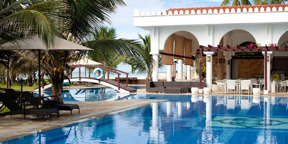 lantana-galu-beach-Pool-bridge-and-restaurant